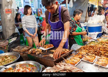 CHIANG MAI, Thailandia - 27 agosto: Uomo preparare i gamberetti per la vendita presso il sabato al mercato notturno di Chiang Mai (walking street) il 27 agosto 2016 in Chian Foto Stock