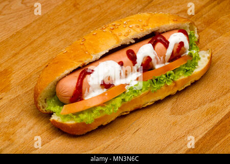 Hot-dog su uno sfondo di legno, studio luce Foto Stock