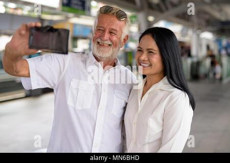 Coppia multi-etnico coppia felice e in amore mentre esplorate la Foto Stock