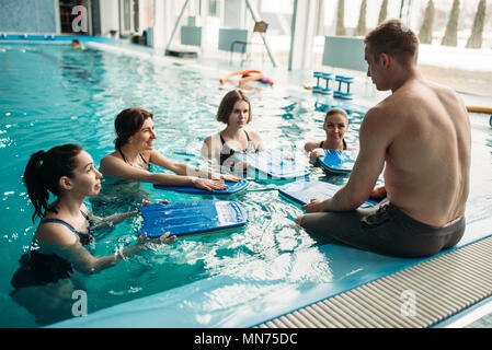 080f99906868 ... formazione; Maschio il trainer lavora con la femmina aqua aerobics sul  gruppo di allenamento in piscina.