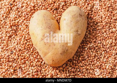 A forma di cuore di patate sul grano saraceno come modello originale Foto Stock