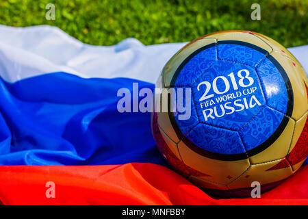 Mosca, Russia. Maggio 13, 2018. Sfera di souvenir con gli emblemi della Coppa del Mondo FIFA 2018 a Mosca, tonica Foto Stock