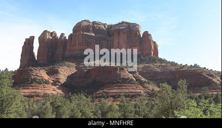 Cathedral Rocks sorge su un campo color ambra a Sedona, in Arizona Foto Stock