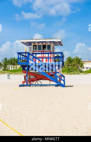 South Beach di Miami, bagnino casa in un colorato stile Art Deco a soleggiata giornata estiva con il Mar dei Caraibi in background, famosa in tutto il mondo percorso di viaggio Foto Stock