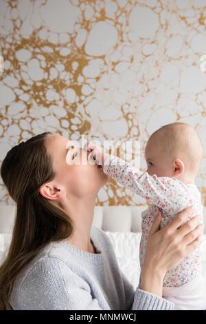 La madre gioca con il bambino (18-23 mesi) Foto Stock