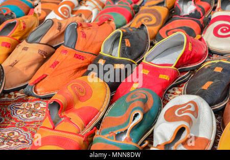 Pantofole colorate al contatore di vendita nel mercato di souvenir Foto Stock