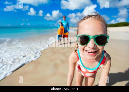 Bambina e la sua famiglia padre e fratello godendo di vacanza in spiaggia in Caraibi Foto Stock