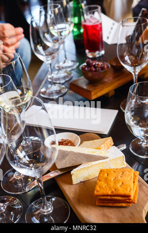 Vino e degustazione di formaggi in Sud Africa estate in Western Cape regione viticola Foto Stock