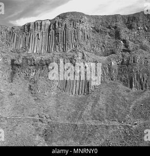 Degli anni Cinquanta, foto storiche dell'incredibile antiche formazioni rocciose sulle scogliere al Giants Causeway, Co. Antrim, Irlanda del Nord.