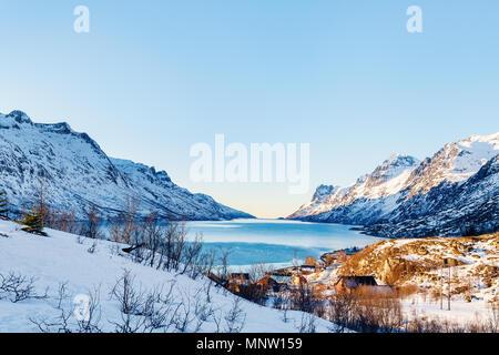 Paesaggio invernale di fiordi mozzafiato paesaggio di Senja isola nel nord della Norvegia Foto Stock