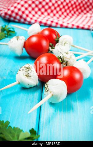 Pomodorini con Mozzarella su un bastone. Foto Stock