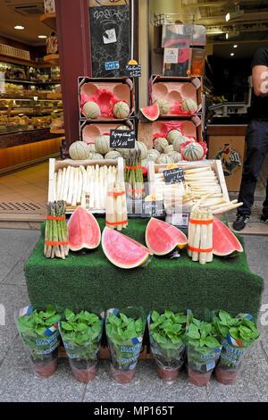 La frutta e la verdura store in Rue Montorgueil quartiere street vicino alla vecchia Les Halles area in Parigi Francia Europa UE KATHY DEWITT Foto Stock