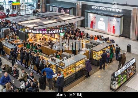 Starbucks Coffee e duty free firmare all'aeroporto di Heathrow di Londra, Regno Unito Foto Stock
