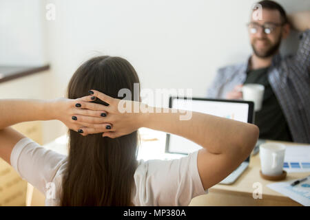 Lavoratore di sesso femminile che appoggio avente le mani sopra la testa Foto Stock