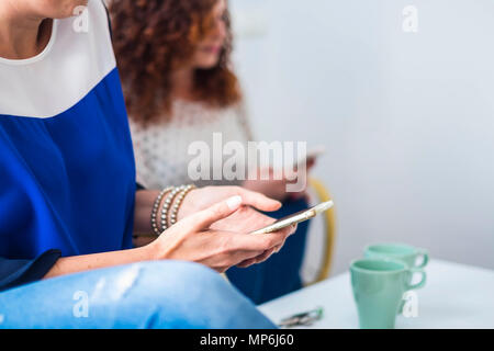 Giovane od due donne amici soggiornare vicino insieme sul divano sorridente e divertirsi. amicizia o rapporto a casa interna con bel modo di stile di vita Foto Stock