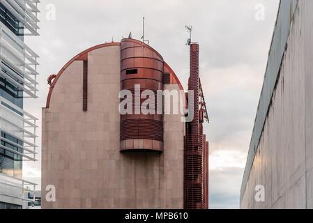 Madrid, Spagna - 7 Aprile 2018: basso angolo di visione dell'architettura moderna edifici per uffici in Viale Castellana a Madrid contro il giorno nuvoloso. Foto Stock