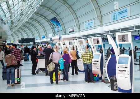Toronto Canada Ontario Lester B. Pearson International Airport YYZ terminal di aviazione biglietteria self-service per il check-in self-service Foto Stock