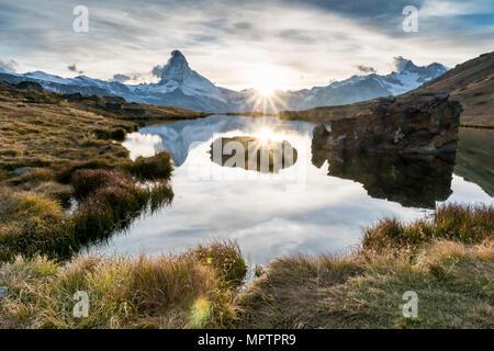 Tramonto al Cervino con la riflessione in Stellilake nel tardo pomeriggio Foto Stock