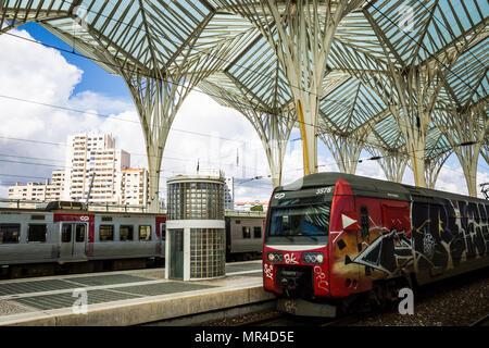 Il treno alla stazione Oriente a Lisbona, Portogallo. Foto Stock