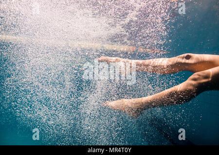 Ritagliato shot femmina del nuotatore subacqueo gambe Foto Stock