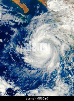 Il 26 giugno 2017, la NASA-NOAA's Suomi satellite NPP catturato un'immagine visibile di uragano Dora, quando era a forza di picco al largo della costa sud-occidentale con il Messico. Foto Stock