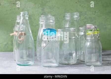Pareti Con Bottiglie Di Vetro : Varietà di diversa forma vuoto aperto le bottiglie di vetro con e