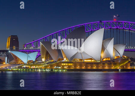 Il Ponte del Porto di Sydney e il Sydney Opera House durante il 2018 'Vivid Sydney' festival, che vede effetti speciali di illuminazione visualizzati sul notevole landmar Foto Stock