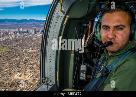 Durante un volo da Buckley Air Force Base e viaggiare oltre il centro di Denver, Sgt. Hazem Al-Qaise, un RJAF capo equipaggio, prende la sua posizione come un capo equipaggio, nel salto sedile, Marzo 16, 2017. Membri della rotativa ala-unità di aviazione dal Royal Jordanian Air Force e l'esercito di Colorado National Guard per condividere la conoscenza circa la UH-60 Black Hawk e imbracatura-operazioni di carico. I membri RJAF viaggiato a Colorado come parte della Guardia nazionale dello Stato del programma di partenariato. Il Regno Hascemita di Giordania e il Colorado National Guard uniti attraverso la partnership nel 2004 e hanno rafforzato la relazione Foto Stock