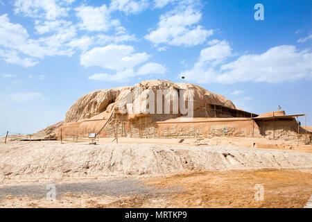 Il tumulo di Sialk terrazzati piramide passo risalgono al 5500-6000 A.C. è Sito del Patrimonio Mondiale dell'UNESCO. Kashan; l'Iran Foto Stock