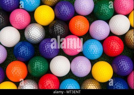 Varietà di sfere colorate per il Putt Putt o mini golf