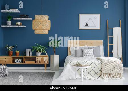 Camera da letto in legno con un letto a baldacchino e un lampadario