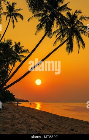 Tramonto sulla spiaggia di Bang por su Koh Samui in Thailandia Foto Stock