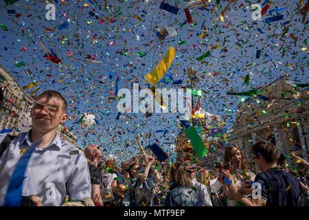 Persone gioiscono per i confetti-salute sulla Nevsky Prospekt durante la celebrazione della giornata della città di San Pietroburgo, Russia Foto Stock