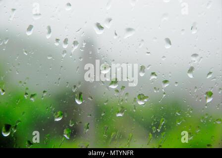 Portland. Il 31 maggio 2018. Gocce di pioggia su una finestra in Fortuneswell, isola di Portland Credit: stuart fretwell/Alamy Live News Foto Stock