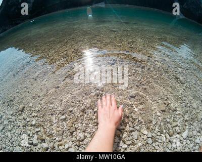 Mano incredibile acqua del lago di Braies. Lago di Braies nella giornata di sole. Dolomiti Alpi, l'Italia, l'Europa. Catturate su Gopro Hero 5 Hero5. Foto Stock