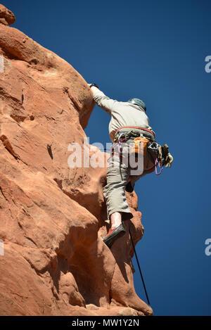 Giardino degli dèi, rocciatore avvicinandosi al vertice di una formazione di roccia, Colorado Springs, CO, STATI UNITI D'AMERICA