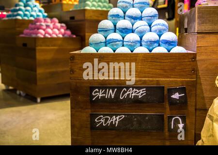 Bagnoschiuma Artigianale : Stand negozio di cosmetici bombe artigianali e bagnoschiuma diversi