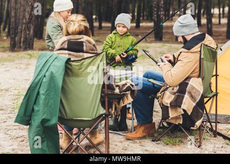 Famiglia con canne da pesca sul viaggio di campeggio Foto Stock