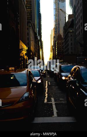 La street view di Manhattanhenge su 57th street in Manhattan. Foto Stock
