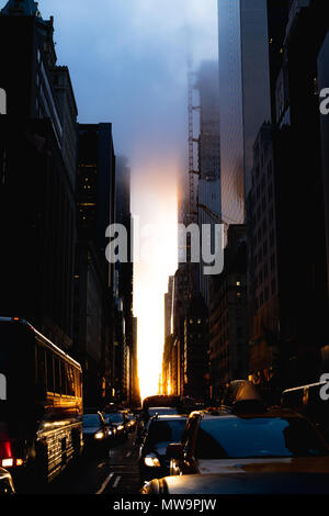 La street view di Manhattanhenge su 57th street in Manhattan. Foto Stock