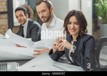 Team di felice gli architetti che lavorano insieme in un ufficio moderno Foto Stock