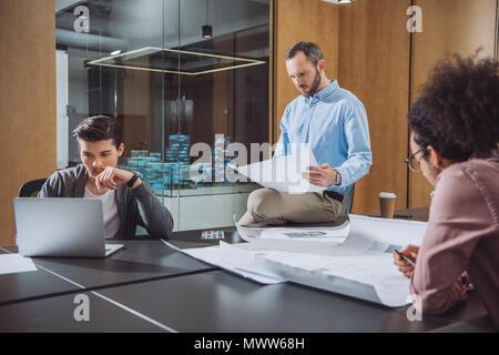 Il team di progettisti che lavorano sul progetto insieme a un ufficio moderno Foto Stock