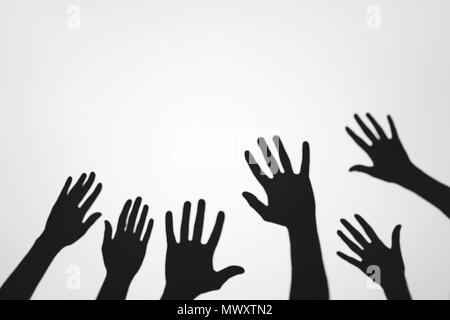 Spooky misteriose ombre di palme umano su grigio Foto Stock