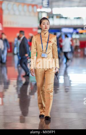 Pechino-sept. 27, 2010. Affascinante hostess all'Aeroporto Internazionale Capital di Pechino, il principale hub per Air China, il vettore di bandiera cinese. Foto Stock