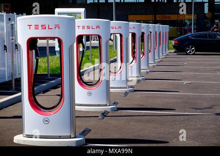 Tesla multi auto elettrica punti di ricarica al francese della stazione di servizio