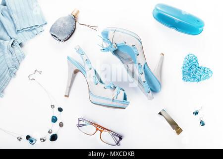 Estate street hipster stile. Moda ragazza abbigliamento accessori sfondo bianco.T rendy blu denim estive scarpe, abbigliamento, gioielli, cosmetici e profumi. Urbano Creativo lady vestito. Foto Stock