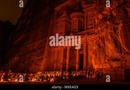 Luce da notte in tesoro nella città perduta di Petra, Giordania Foto Stock