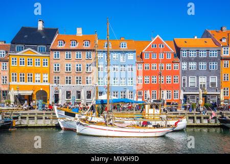 Nyhavn waterfront canal a Copenhagen, in Danimarca. Foto Stock