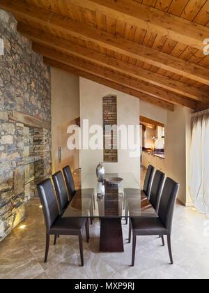 Tavoli e sedie in legno e pietra esposta interno in casa provenzale foto immagine stock - Paul signac la sala da pranzo ...