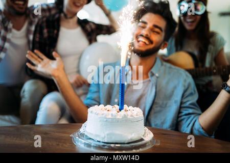 Gruppo giovane di felice amici festeggia il compleanno Foto Stock